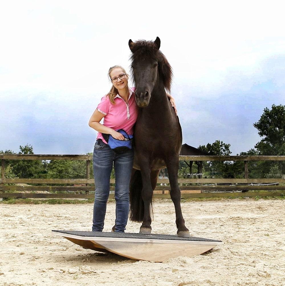 Eva-Marie Essers mit Pferd auf der Pferdewippe beim Pferdetraining